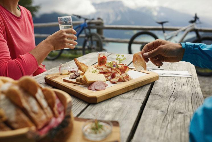 Eine Tour mit dem Mountainbike macht hungrig. Mit Blick auf die umgebenden Berge schmecken die Südtiroler Spezialitäten noch mal so gut..