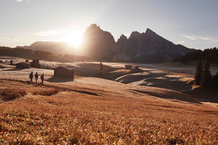 .Von der Seiser Alm, der größten Hochalm Europas, führen zahlreiche Wanderwege durch die majestätische Bergwelt der Dolomiten.